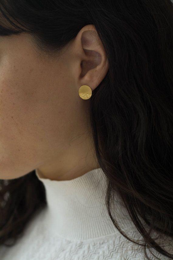 Boucles d'oreilles Boucles d'oreilles disque rond doré minimaliste. surface de boucles d'oreilles est moitié lisse et demi avec une texture. Mensurations : taille : 12,5 mm de diamètre disponible en plaqué or ou en argent sterling taille : 15,5 mm en plaqué or diamètre fait de laiton et plaqué or avec qualité nickel libre de placage ou en argent sterling. S'il vous plaît choisir la taille voulue et la couleur de la barre de menu déroulant.