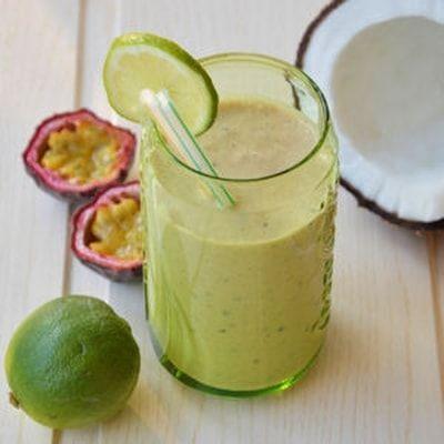 Smoothie exotique banane, lait de coco, fruits de la passion et citron vert