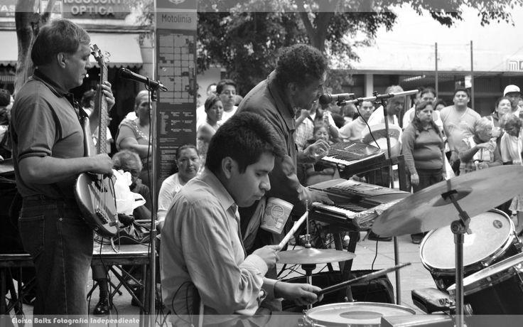 Banda de musicos a las afueras del metro, México DF