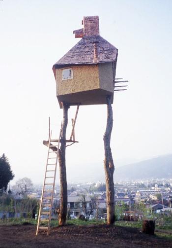 『高過庵』(たかすぎあん)2004年施工 設計:藤森 照信  藤森氏の生家がある、長野県茅野市に建てられた茶室。2本の栗の木の上に作ってあり、その高さは地上約6メートルに及ぶ。(撮影:藤森 照信)