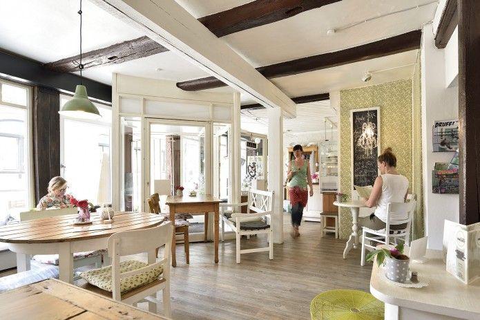 Cafe Himmelhoch in Braunschweig: Alte Balken und moderne Tapeten, Holzfußboden und zusammengewürfelte Möbel machen den Charme des Cafés aus. Foto: BSM/Daniel Möller