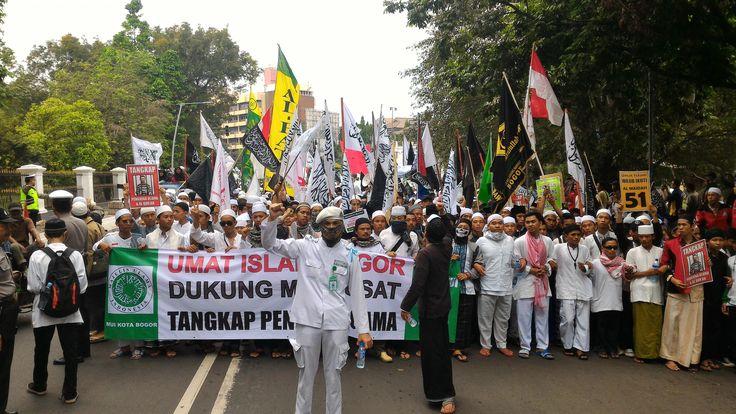 Kamis Pagi Sebagian Umat Islam Bogor Raya Berjalan Kaki Menuju Monas-Jakarta Ini Rutenya  BOGOR (SALAM-ONLINE):Sekitar 30.000 Umat Islam Bogor Raya akan mengikuti Aksi Bela Islam III yang direncanakan terpusat di Lapangan Monas Jakarta Pusat pada Jumat 2 Desember.  Sesuai hasil musyawarah Gerakan Nasional Pengawal Fatwa Majelis Ulama Indonesia (GNPF-MUI) Bogor Raya diputuskan bahwa sebagian masyarakat Muslim Bogor akan melakukan long march berjalan kaki dari Gedung MUI Kota Bogor menuju…