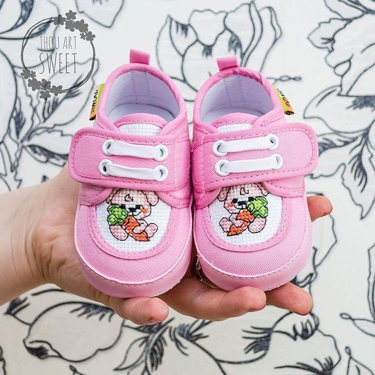 Детские тапочки с ручной вышивкой «Зайка с морковкой»  Цена: 1100₽  Длина стопы – 12 см #хэндмейд #ручнаяработа #рукоделие #подарки #декор #вышивка #handmade #handwork #craft #creative #stylish #gifts #crossstitch #stitch #обувь #footwear #shoes