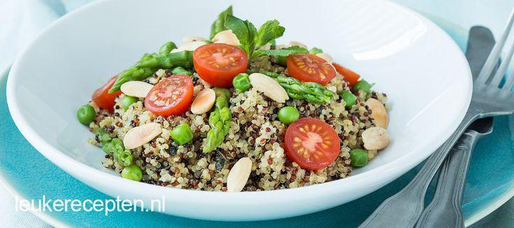 Deze groene salade met noten, groenten en verse kruiden is helemaal geschikt als gezonde lunch.