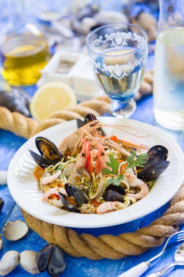 Klassisk pasta med olika skaldjur. Extra gott med små hjärtmusslor som får koka med i vitt vin.