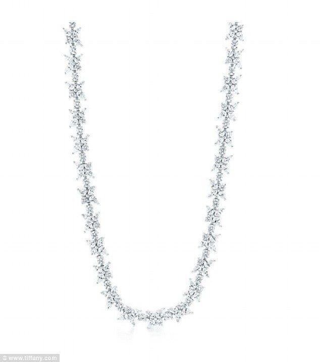 Tờ Us Weekly cho hay, chàng ca sĩ da màu đã khiến bạn gái bất ngờ và xúc động khi mua tặng cô một chiếc vòng cổ bằng kim cương giá 100 nghìn đô la Mỹ để làm quà mừng năm mới. Chiếc vòng cổ của một nhãn hiệu nữ trang danh tiếng 16 cara vào được bao quanh bởi những viên kim cương nhỏ xinh hình dán...  http://cogiao.us/2017/01/11/jennifer-lopez-duoc-bo-tre-tang-vong-kim-cuong-sau-vai-tuan-ho-hen/