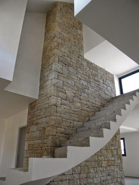 Mur de d coration int rieure en pierre semi s che dans une maison en construction style tr s - Construction maison en pierre ...