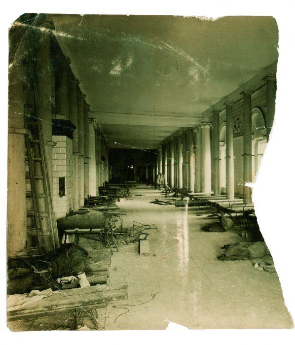 Biblioteka Królewska na warszawskim zamku, zamieniona nakoszary. Fotografia wykonana w sierpniu 1915 r. poucieczce wojsk rosyjskich.
