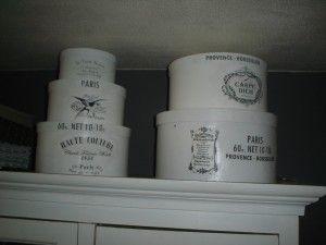 Oude dozen wit geverfd en van mooie etiketten voorzien.