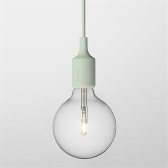 E 27 är en lampa formgiven som en hyllning till det vackra i det enkla – en naken stor glödlampa med färgglatt fäste och sladd som i sitt formspråk är både ursprunglig, enkel, rolig och modern. Finns i flera färger.