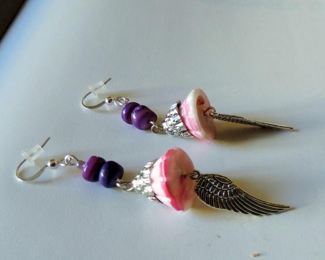 Boucles d'oreilles ailes d'ange sur coquillage rose : Boucles d'oreille par uzblz