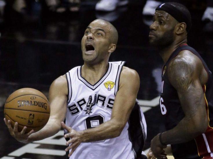 BASKET - Tony Parker, le meneur des Spurs de San Antonio, devient le joueur européen le plus titré dans l'histoire de la NBA, avec quatre finales remportées. Le 15 juin 2014, les Spurs ont pris leur revanche sur le Miami Heat et obtenu leur 5e titre de NBA. (Tony Gutierrez/AP/SIPA)