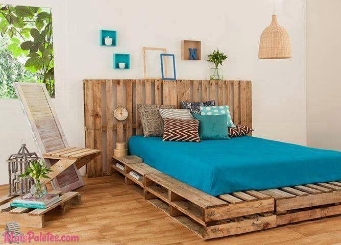 Cama e cabeceira de cama, ambas feitas com paletes Veja mais: http://maispaletes.com/?p=1475 #pallets #palletfurniture #palletbed #ecofriendly