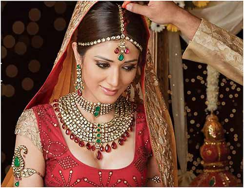 50 Best Indian Bridal Makeup Tips - Wedding day is a one time event in our lifetime and it is something we fantasize many a times. It's a that very special day where we want each and everything perfect, best and upto our mark. But this strive for perfection sometimes makes us feel stressed out and fearful about any mishaps that may happen on the d day. Don't worry, because here are some simple Indian wedding beauty and bridal make up tips that you can follow on your special day.
