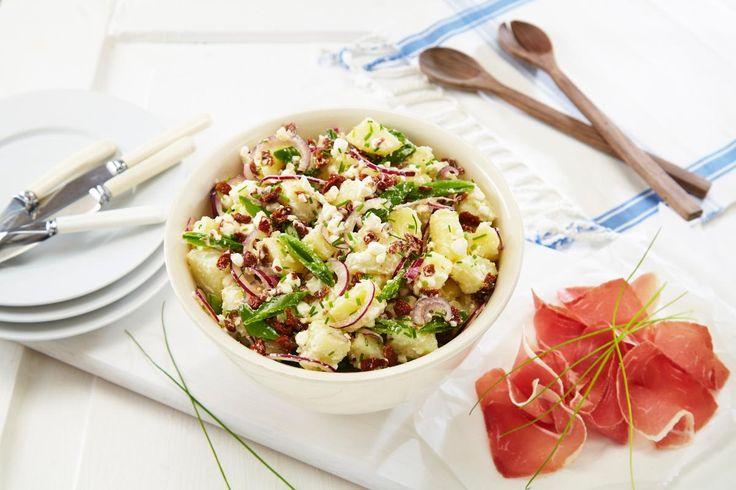 Potetsalat og spekemat er en super sommerkombinasjon. Server den gjerne litt lun og ikke kjøleskapskald.