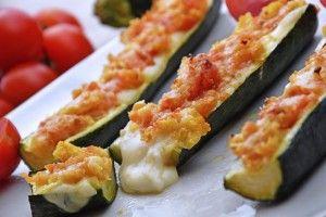 I peperoni ripieni filanti al forno sono un secondo piatto a base di verdure pieno di colori ma soprattutto di sapori che sapranno stupire nella loro semplicità. Ecco la ricetta
