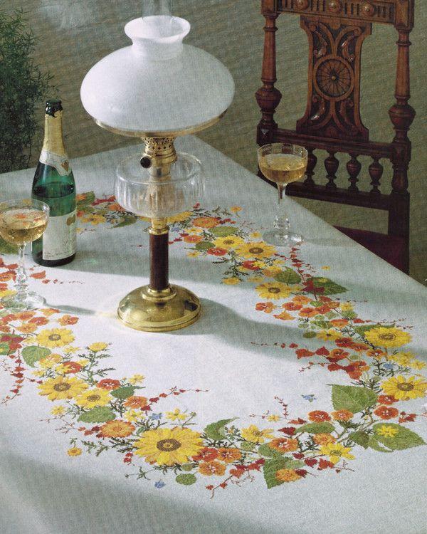 Rosenstand, Duk solrosor, 922104, Broderas med moulinégarn  i räknade kors- och efterstygn på vit aidaväv, 5,4 rutor/cm
