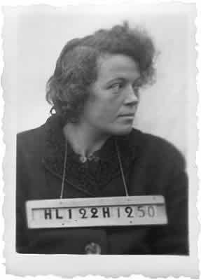 Jeanne HUMBERT à Romaiville  Auschwitz  [31813 : confrontation matricules Auschwitz/Romainville]  Elle est morte à fin mars 1943.  Charlotte Delbo témoigne : « Un jour, sur le chantier de démolitions, elle a été battue si rudement par un SS qu'il a fallu la porter pour rentrer au camp. Elle était déjà épuisée par la dysenterie. Le lendemain, elle est entrée au Revier. II y a eu une sélection, elle a été envoyée aux gaz. »  Son mari n'a obtenu pour elle qu'une carte de déportée politique.