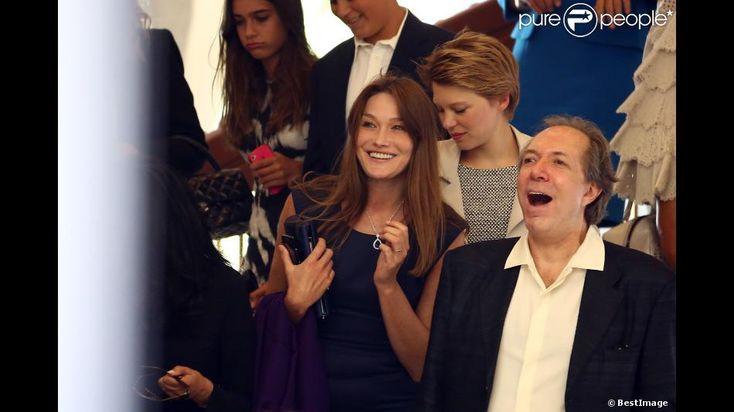Carla Bruni-Sarkozy et Léa Seydoux au mariage de Farida Khelfa et Henri Seydoux à la mairie du 17 arrondissement de Paris, le 1er septembre 2012.