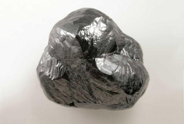 Необработанный черный алмаз весом 24,5 карата