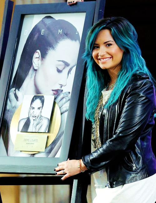 Demi Lovato's hair OMG .black roots blue hair !!!!! Ahhhh I LOVE it !!!!
