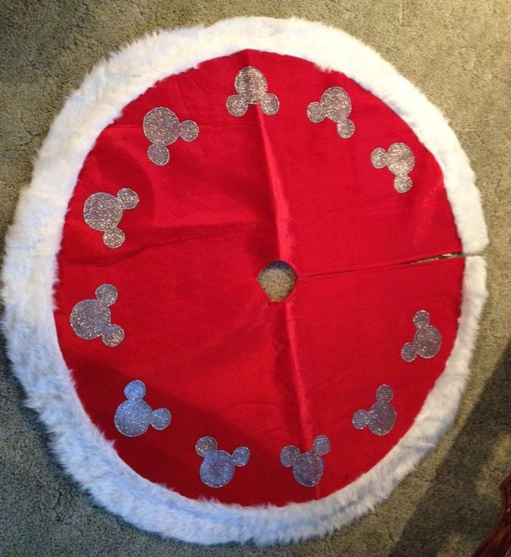 Mickey Mouse inspired DIY Christmas tree skirt #disney #mickeymouse #treeskirt #christmas