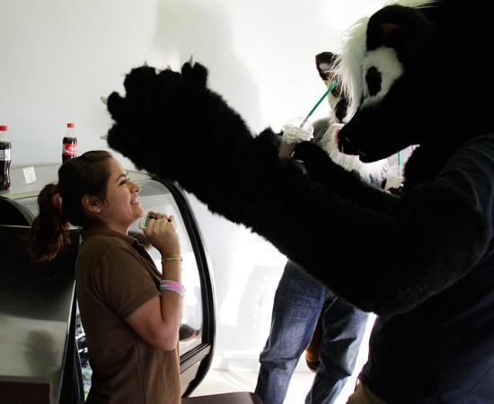"""Il furry fandom è una sottocultura incentrata su immaginari personaggi animali antropomorfi con personalità e caratteristiche umane. Il Furros Nuevo Leon è un gruppo di persone di Monterrey, in Messico, che si ispira a questo tipo di arte e si veste """"da lupo"""" per adempiere le normali attività quotidiane."""