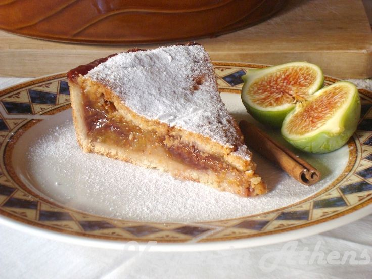 Fresh fig and almond tart with an amazing super healthy, super tasty and super easy crust and a yummy, fruity sweet fig filling! #figtart #vegan #freshfigs