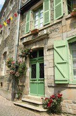 Groene luiken in Josselin, Bretagne, Frankrijk (Trudi)