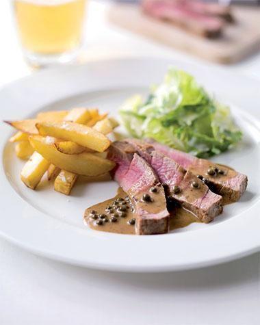 Steak met frieten en peperroomsaus http://njam.tv/recepten/steak-met-frieten-en-peper-roomsaus