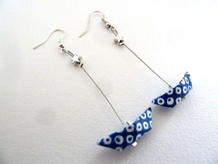 boucles d 39 oreille bateau origami bleu en papier japonais. Black Bedroom Furniture Sets. Home Design Ideas