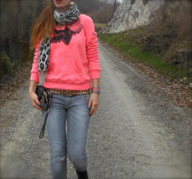 idea outfit felpa corallo fluo e jeans skinny, fox freestyle xtreme, look felpe e denim fashion blog, neongeo bracciali colorati, amanda marzolini, the fashionamy blog, style ideas