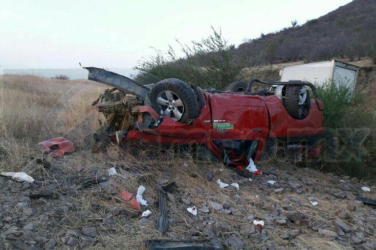 El accidente ocurrió minutos después de las 18:00 cuando circulaba una camioneta Dodge Ram de color rojo, con placas de circulación MT-5211-S del estado de Michoacán, al llegar al kilómetro ...
