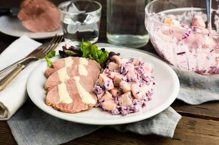 Recept voor beenham voor 4 personen. Met rode kool, beenham, roomkaas, aardappelen vastkokend, appel, honing, mosterd, mayonaise en yoghurt