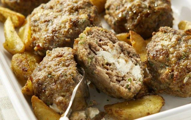 Μπιφτέκια+γεμιστά+με+τυρί+&+τραγανές+λεμονάτες+πατάτες+στο+φούρνο