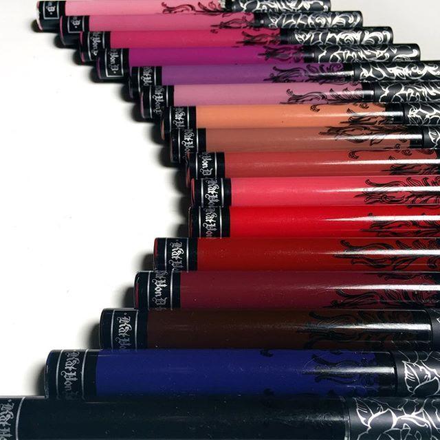 Rouges à lèvres liquides Kat Von D une double tuerie ne ne transfère pas comparer aux melted sèche radicalement couleur hyperpigmenté in tuerie je l'aime d'amour raisonnable de qualité couleur parfaite en teinte exorcisme