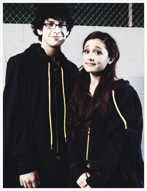 Ariana Grande & Matt Bennett wearing those Pejelihotos or whatever you call them.lol #LastEpisodeofVictorious