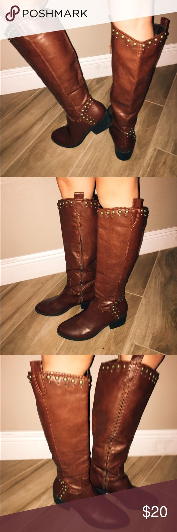 Brown riding boots with gold accents✨ Beautiful brown riding boots with gold accent on the top. Still in great condition, they don't get much use here in Florida!🌞 Shoes
