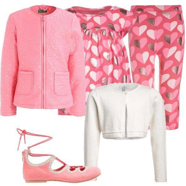 Per una deliziosa bimba propongo: completo composto da t-shirt lunga e leggins, a fantasia con cuori, cardigan bianco, giacca rosa e ballerine con cinturino alla caviglia.