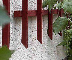 Auch die unteren Latten-Enden bei diesem Schwedenrot Rankgitter werden angeschrägt, um ein Abtropfen des Wassers von der Wand weg zu unterstützen.