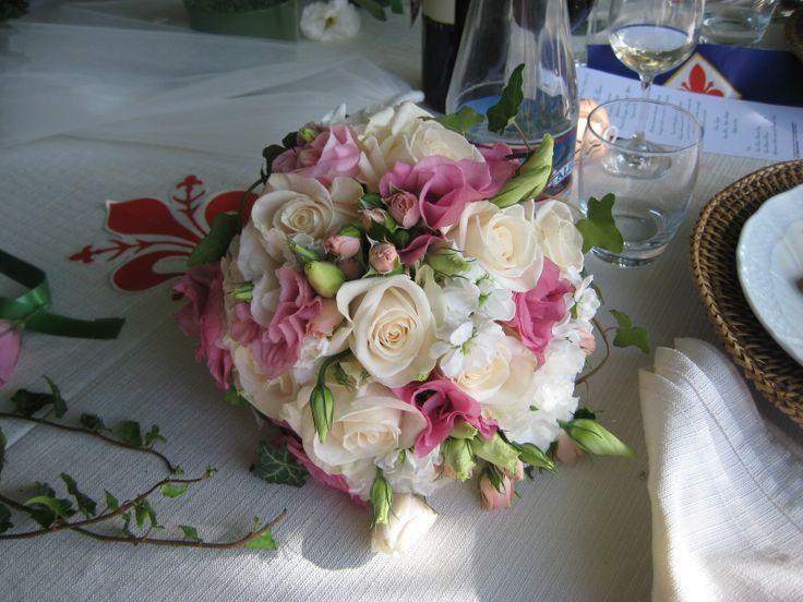 Brautstrauss mit weissen Rosen, rosa Lisianthus und Rosenknospen Bouquet da sposa con Lisianthus, rose e rose a grappolo