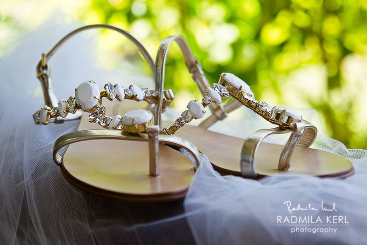 beautiful detail photography of awesome wedding sandals with ices by © radmila kerl wedding photography munich schöne Hochzeits-Sandalen mit großen Schmucksteinen