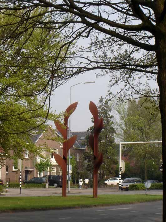 Sint Annastraat. Poort van Triomf (Gladiolenpoort). Twee gladiolen van Huub Kortekaas vormen met elkaar een triomfboog waarmee de Vierdaagsedeelnemers jaarlijks worden verwelkomd.  De Gladiolenpoort, zoals hij in de volksmond genoemd wordt, is ter ere van de tachtigste Vierdaagse door de kunstenaar tijdelijk aan de stad aangeboden, maar is later door het Actief Comité Binnenstad aan de gemeente geschonken.