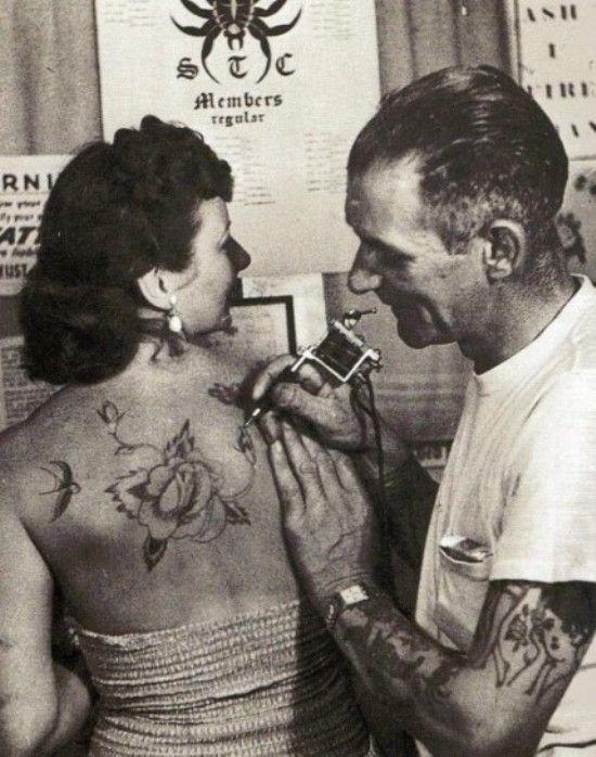 Tatuatore old school al lavoro  Tatuatore del passato alle prese con un tatuaggio sulla schiena di una coraggiosa donna dell'epoca!