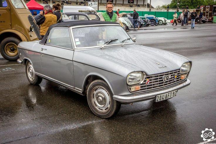 #Peugeot #204 #Cabriolet à #Montlhéry pour le CILM3. Photo de Julien. Article original : http://newsdanciennes.com/2015/05/02/grand-format-news-danciennes-au-cilm3/ Issu de l'article : CILM3 | News d'Anciennes #ClassicCar #Voiture #Ancienne