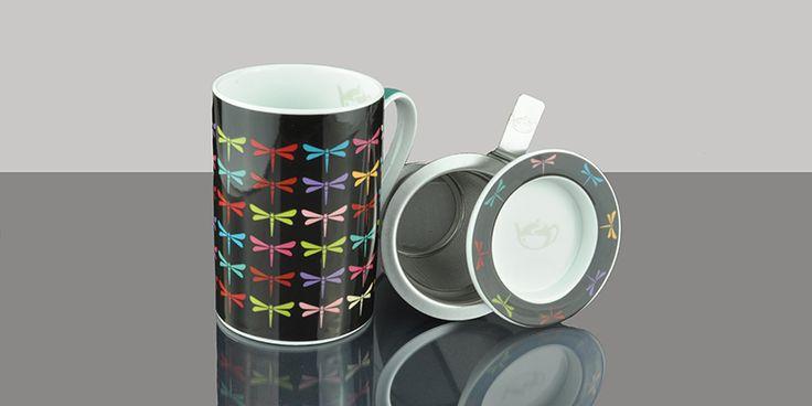 Taza de porcelana con colorido estámpado con libélulas en fondo negro. Diseño exclusivo Tea Shop. Ideal para degustar nuestra taza de té caliente. La taza incluye filtro inox y tapa, que puede utilizarse como escurridor para el filtro. Capacidad: 0,2l.