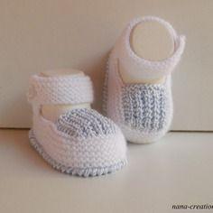 Chaussons bébé tricotés en laine et coton blanc et bleu, fait main 0/3 mois.