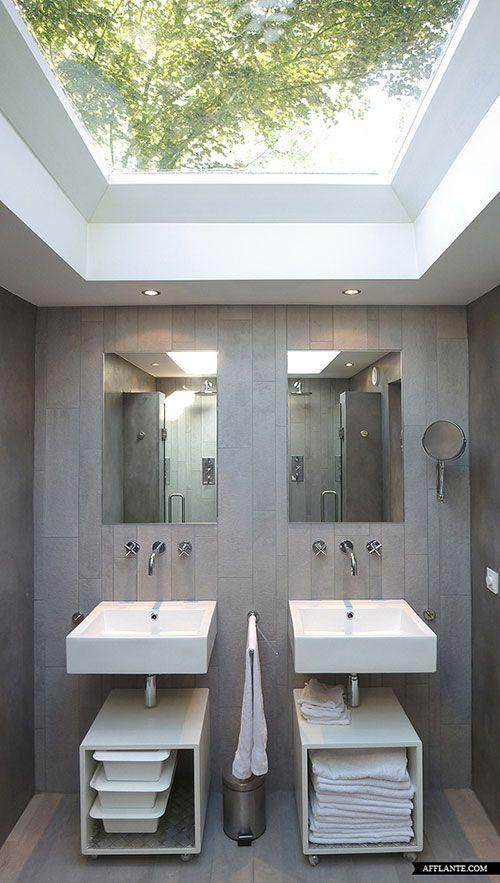 Binnen: badkamer: (Moderne interieur inrichting voormalige kerk) Licht in de badkamer? Plaats een dakraam !