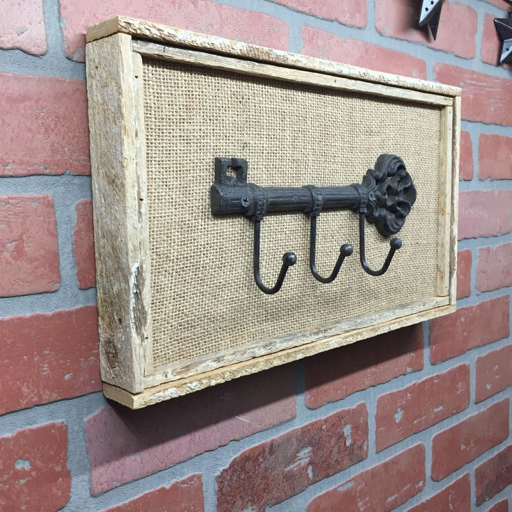 Signe de porte clé rustique fait avec bois de récupération. La Tenture murale dispose de toile de jute et un porte clé en fonte. Cet article est 15inches par 9pouces par 1 1/2inches. Un cintre de type de dent de scie est sur le dos. En raison des différences dans le bois utilisé, chaque pièce a son propre caractère unique. www.Etsy.com/craftsbyderek