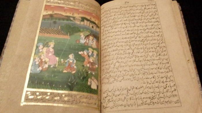 Manuscript; Indiase boek met verlichte schilderijen - 17e/18e eeuw  Antieke Indiase manuscript met verlichte schilderijen 17e/18e eeuw boek van de late Mughal-tijdperk dat ook merkbaar van de schilderijen is. De schilderijen zijn volledig met de hand gemaakt en zijn van 10 in totaal en met goud decoratie (zie foto's).Onder de geschilderde werken: keizers veldslagen jacht op tijgers paard sport dagelijks leven en nog veel meer.Het boek bestaat uit 96 pagina's.Grootte: 21 x 14 cmVoorwaarde: In…